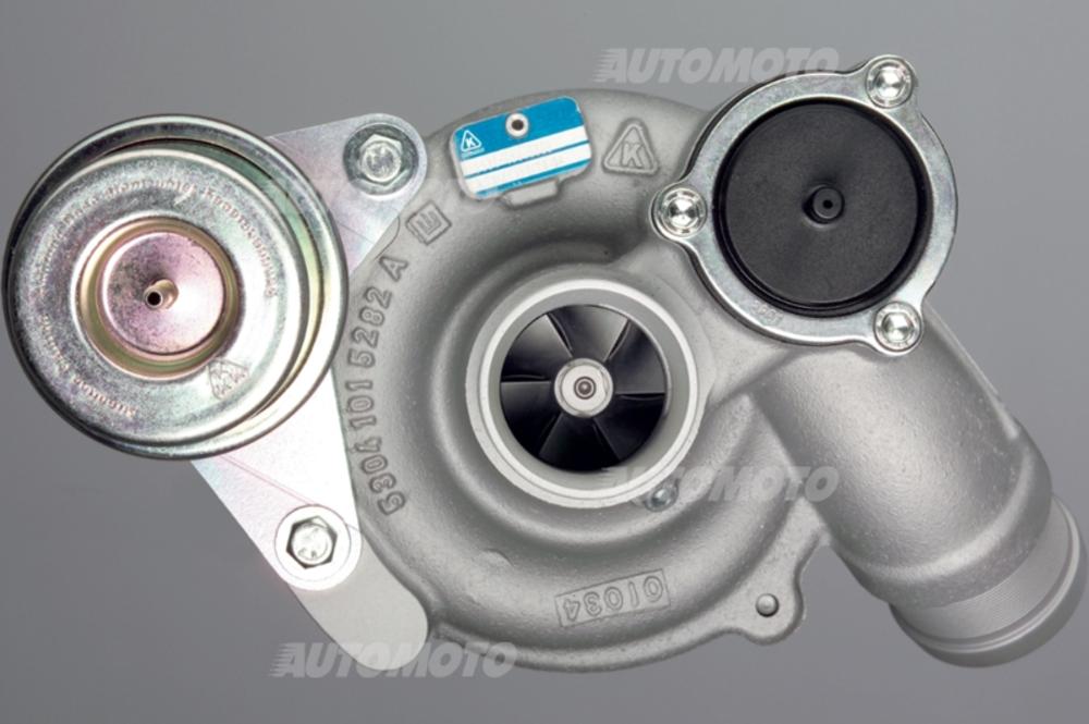 Foto di un moderno turbocompressore per motore BMW dal lato di ingresso dell'aria. È ben visibile la capsula pneumatica che aziona la wastegate
