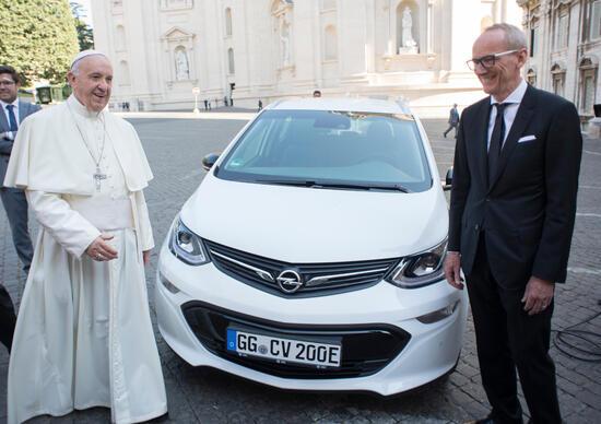 Opel: una Ampera-e a Papa Francesco