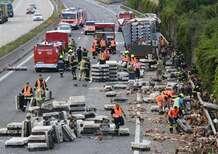 Austria, camion rovesciato in autostrada: migliaia di polli bloccano il traffico