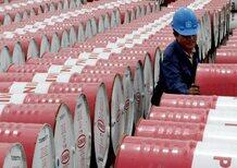 Crisi Cina, petrolio giù: ma perchè la benzina costa ancora così cara?