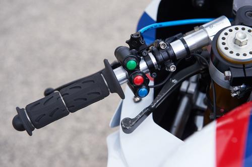 Sul manubrio sinistro la pulsantiera per il comando di mappature di freno motore e traction control