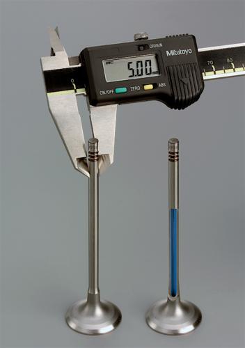 Oggi è possibile realizzare valvole con lo stelo cavo anche se esso ha un diametro di soli 5 mm. Se sono destinate allo scarico dei motori sovralimentati, nella cavità viene spesso introdotto del sodio. Ciò permette una sensibile riduzione della temperatura