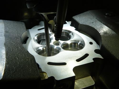 La superficie di tenuta delle sedi delle valvole di scarico è più larga di quella delle sedi di aspirazione per agevolare il passaggio del calore proveniente dal fungo. La foto mostra una fase della lavorazione di questi componenti