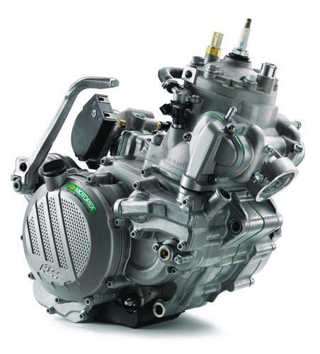 """Nei nuovi monocilindrici KTM 250 e 300 si impiega il sistema TPI con due iniettori che si affacciano nei condotti di travaso. Rivolti verso il basso, emettono getti di carburante """"controcorrente"""""""