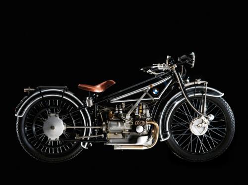La BMW è nata come produttrice di motori aeronautici. Poi ha costruito motori per moto, a due cilindri contrapposti. La prima motocicletta di sua fabbricazione è stata la R32, apparsa nel 1923