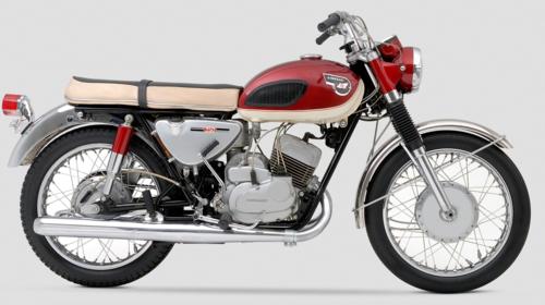 La Kawasaki era famosa nel mondo per le sue navi e per i suoi aerei. Con la bicilindrica 250 Samurai dotata di ammissione a disco rotante (nata per il mercato americano), ha aperto una nuova pagina nella sua storia