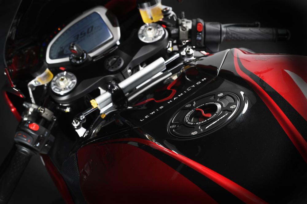 Tappo racing e personalizzazione del serbatoio con il logo Panther di Lewis Hamilton