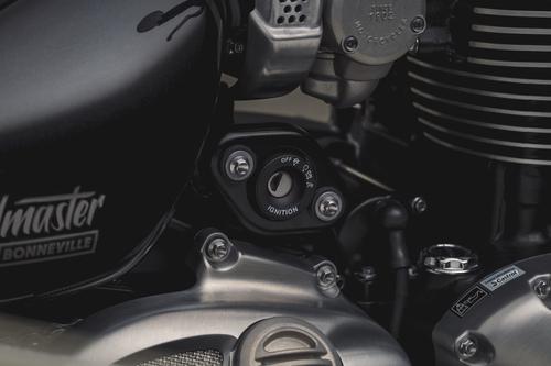 La chiave d'accensione è dislocata sul lato destro del motore