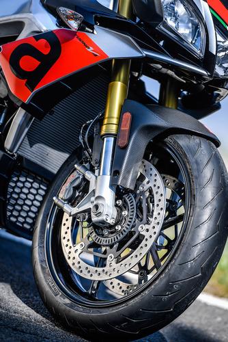 L'avantreno della Tuono 1100 RR: forcella Sachs e pneumatico Pirelli Diablo Rosso III invece che Öhlins e Supercorsa