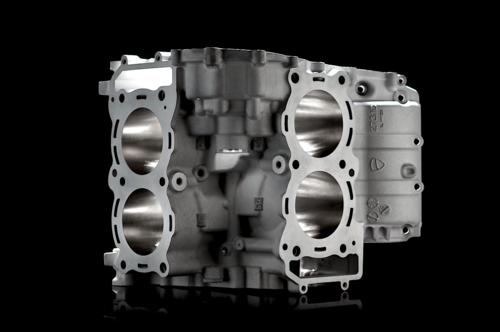 Le due bancate dei cilindri, munite di canne integrali, sono incorporate nella struttura del semibasamento superiore, ottenuto per fusione in conchiglia