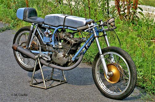 Per diverso tempo la CZ ha costruito moto da Gran Premio con motori a quattro tempi. Questa monocilindrica con distribuzione bialbero dalla meccanica particolarmente raffinata (ben sette ingranaggi conici nel comando della distribuzione!) è stata costruita nei primi anni Sessanta in versioni sia di 125 che di 250 cm3