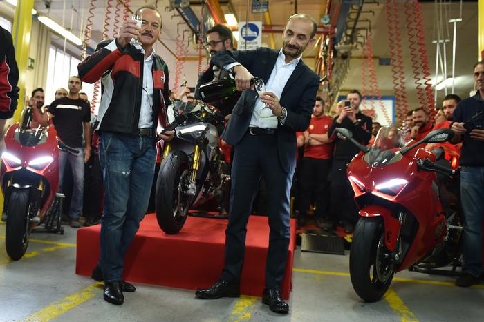 L'AD Claudio Domenicali e il direttore dello stabilimento Silvano Fini brindano all'avvio della produzione