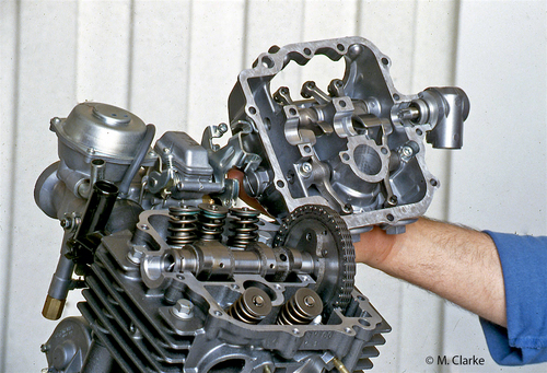 Questa immagine consente di osservare i bilancieri di un grosso monocilindrico Yamaha a cinque valvole vincolati non a un castello amovibile (come si usava diffusamente una volta), ma direttamente al coperchio della testa