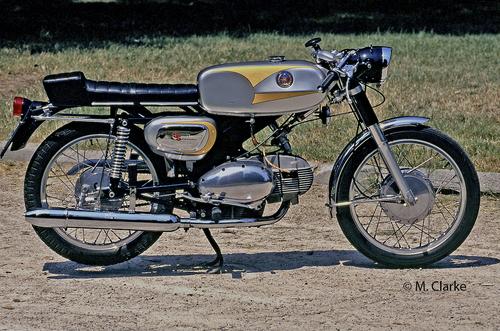 Nella seconda metà degli anni Sessanta la 125 pesarese, che veniva venduta anche col marchio Benelli, è stata dotata di un cambio a cinque marce e in seguito si è evoluta nella velocissima Sport Special (che veniva realizzata anche in versione 250, nella foto, esteriormente identica)