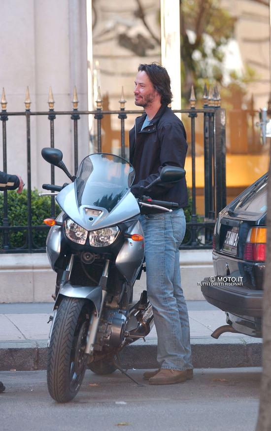 Keanu Reeves è un motociclista a tempo pieno. Qui con una Yamaha TDM