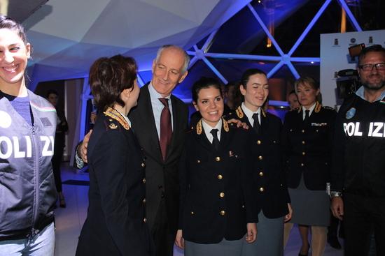 Il Capo della Polizia, Franco Gabrielli, alla presentazione del Fullback insieme ad alcune agenti del Corpo della Scientifica