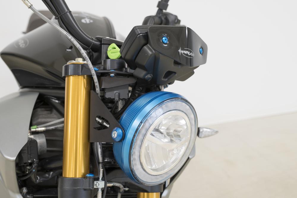 Il faro anteriore a LED con corona ricavata dal pieno anodizzata