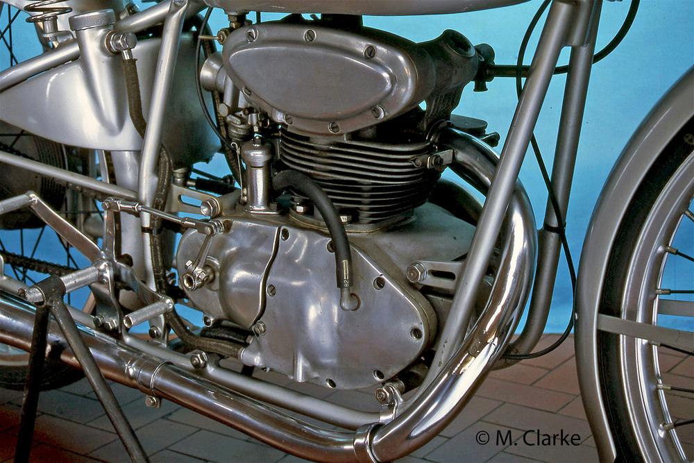Nel 1949 la Mondial 125 bialbero ha vinto la sua classe nel primo Campionato Mondiale mostrando a tutti quale era la strada da seguire. Il suo motore è stato il capostipite di una grande stirpe di monocilindrici di straordinario successo. Qui testa e castello della distribuzione sono in fusione unica.