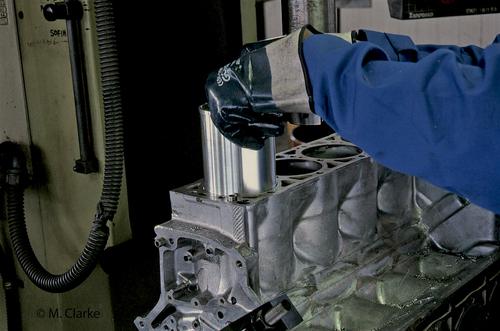 """L'immagine mostra l'inserimento di una canna """"secca"""", vigorosamente raffreddata in modo da farla contrarre, nel blocco cilindri di un motore automobilistico"""