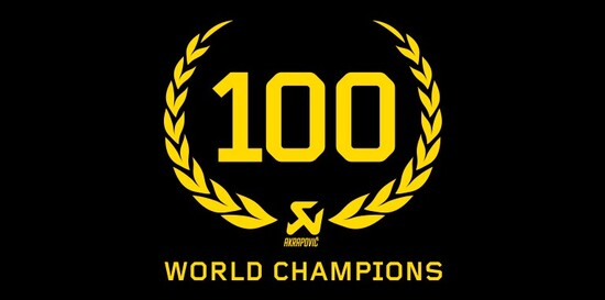 Il logo celebrativo preparato da Akrapovic per festeggiare il centesimo titolo iridato
