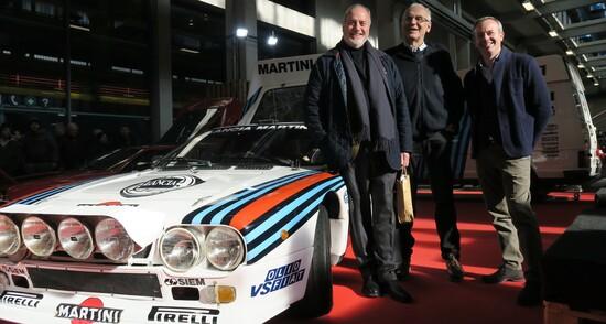 """Lancia 037 in compagnia di Rodolfo Gaffino Rossi, l'ingegnere Paolo Limone e Luca Gastaldi. Manca il grande Miki Biasion, """"costretto"""" qualche metro più in là a firmare copie del suo nuovo imperdibile libro di rally agli innumerevoli fans accorsi in suo onore"""