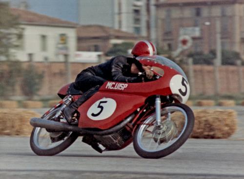 Siamo sempre nel 1967 e sulla carena è ben visibile la scritta del moto club. Si noti il freno anteriore a tamburo laterale, ormai obsoleto come la forcella