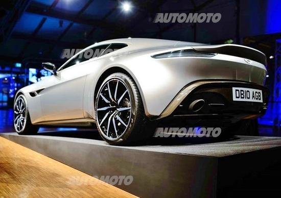 Una notte da 007. L'Aston Martin DB10 di James Bond a Milano