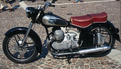 Negli anni Cinquanta diversi costruttori tedeschi hanno preferito impiegare posteriormente una sospensione a ruota guidata al posto di quella a forcellone oscillante. La Victoria la ha utilizzata, ad esempio, sulla Bergmeister, una bicilindrica a V di 350 cm3 prodotta dal 1953 al 1957