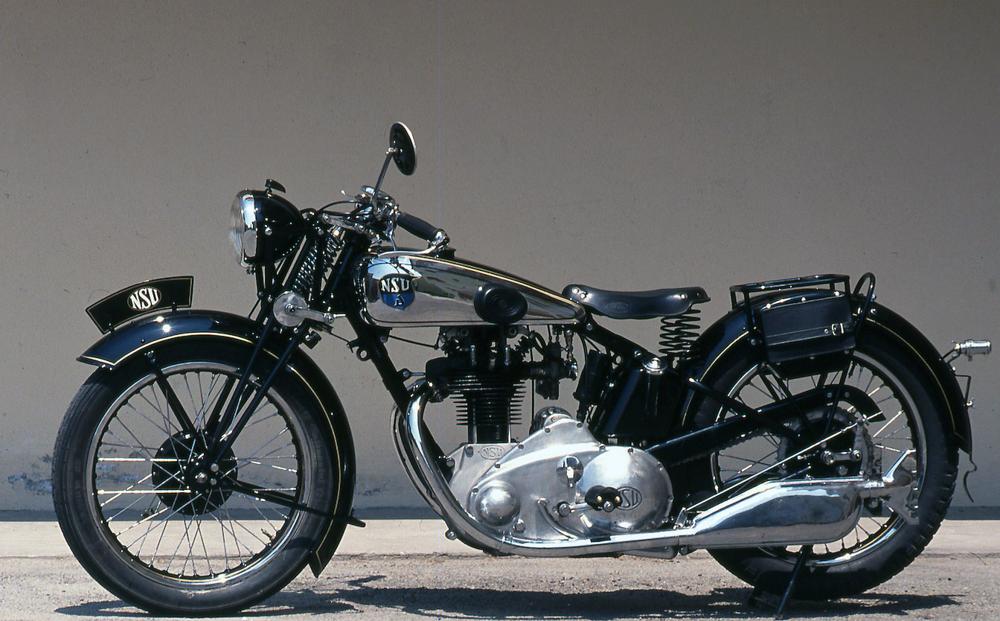 Attorno alla metà degli anni Trenta anche su moto di notevole livello, come questa NSU OS (costruita in versioni di 350 e di 500 cm3), la sospensione posteriore era di norma assente, a differenza di quella anteriore