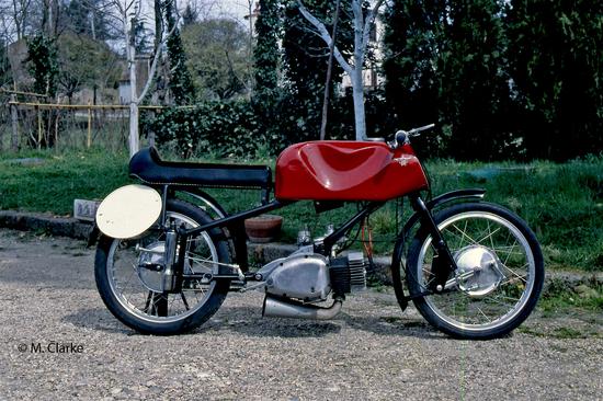 Sulle sue bicilindriche a due tempi, come la Competizione SS costruita dal 1951 al 1955 e nota anche come Gobbetto (qui mostrata), la Rumi ha impiegato a lungo una sospensione posteriore a ruota guidata