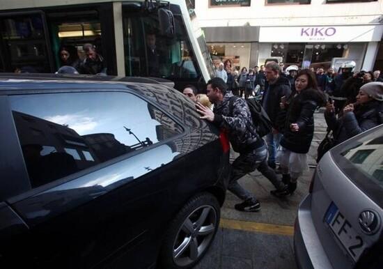 Milano, auto posteggiata blocca tram: la folla la sposta di peso