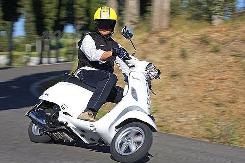 Francesco Paolillo (tester Moto.it) protetto dall'airbag