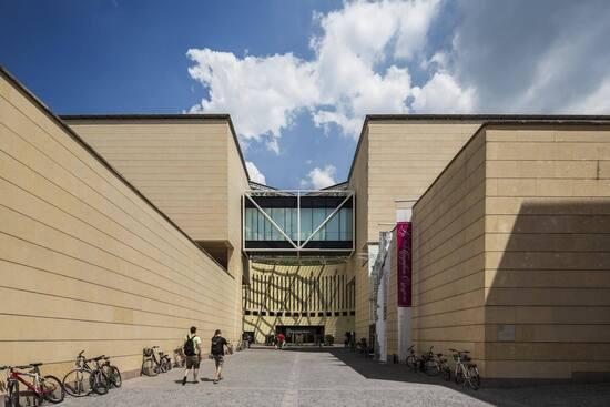 L'ingresso del Mart a Rovereto, uno spazio progettato Botta e Andreolli unendo architettura classica e moderna