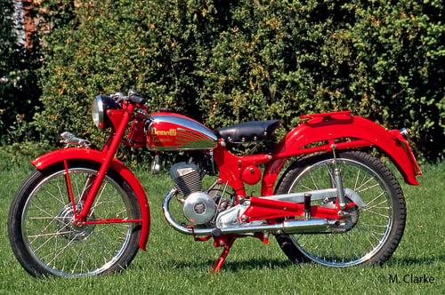 Nella Benelli Leoncino 125, molto popolare negli anni Cinquanta, le molle della sospensione posteriore erano collocate all'interno dei bracci del forcellone oscillante