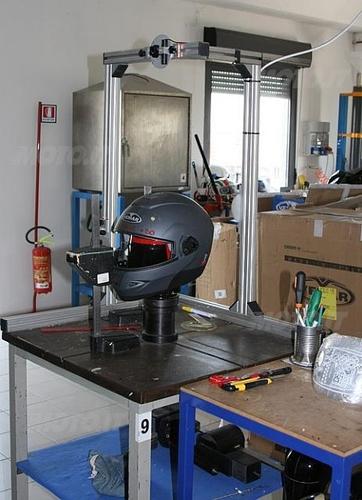 Macchina con raggio laser per delimitare i punti di impatto (Laboratori Vemar Helmets)