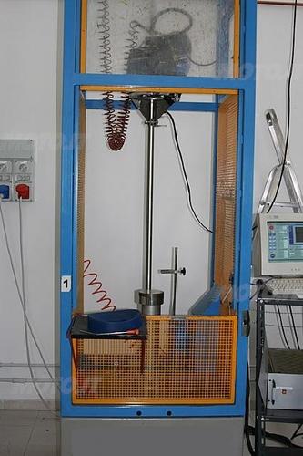 Casco e falsatesta in caduta per test impatti (Laboratori Vemar Helmets)