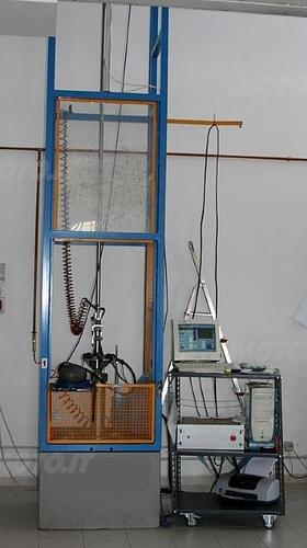 Visione d'insieme della macchina test (Laboratori Vemar Helmets)