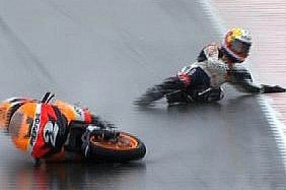 Pedrosa cade mentre guida la corsa con 7 secondi di vantaggio su Stoner