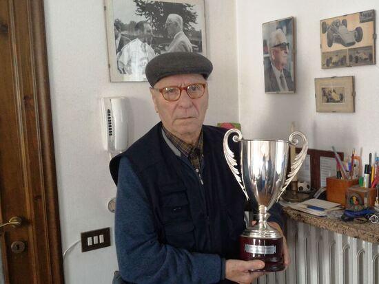 Il Tino, nel 2018 a 84 anni, con la Coppa del Gran Premio di Roma F2 vinto nel 1968: 50 anni addietro sul trofeo del GP romano, si usava porre la targa del Ministero dei Trasporti