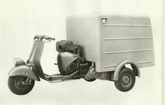 L'Ape B arriva nel 1956 con alcune migliorie, tra cui l'abbandono del cambio a bacchetta come per la Vespa