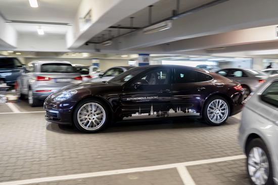 Porsche propone la ricarica automatica per le auto ibride