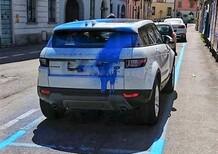 Parcheggio incurante della manutenzione stradale? Anche sulla carrozzeria del Range Rover si dipinge il blu