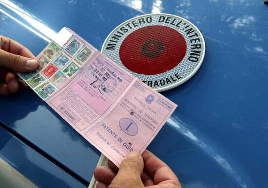 Guida senza patente depenalizzata. Ma in arrivo maxi multe