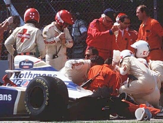 La vettura di Ayrton Senna impatta contro il muro dopo la curva del Tamburello. Da quell'istante nulla sarà più come prima in F1. I soccorsi accorrono frenetici. L'elicottero si alza in volo. Ayrton Senna è morto