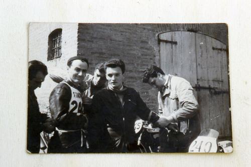 Punzonatura del Motogiro nei primi anni Cinquanta: all'aperto, vicino a un muro di mattoni, la squadra Mondial ufficiale… Lungo il percorso c'erano punti nei quali sostava un furgone della casa per fornire l'assistenza eventualmente necessaria. Le gare di una volta erano così