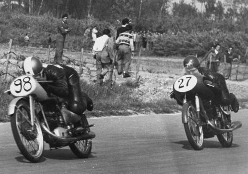 """Circuito tra campi, spettatori in piedi dove gli pare, moto spartane, piloti in posizione """"a ranocchio"""". Siamo a Imola nel 1953 e Mendogni su Morini 125 conduce davanti a Copeta su MV"""