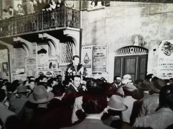 Libero portato in trionfo sin davanti a casa dopo una gara a Finale Emilia. Nella foto in alto, Libero a Finale Emilia nel 1950 con la Moto Guzzi Condor 500