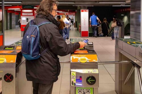 """La metro? A Milano si paga al tornello con la carta """"contactless"""""""