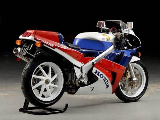 Sulla splendida Honda RC 30, apparsa nel 1987, spiccava il braccio oscillante posteriore, che dal 1990 è stato impiegato anche sulle VFR destinate a normale impiego stradale. Nelle gare di endurance la possibilità di sostituire le ruote con rapidità costituisce un grande vantaggio