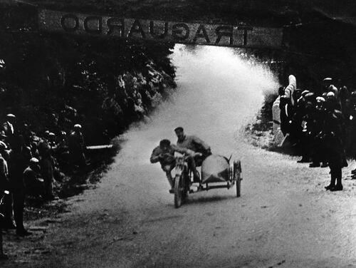 Coi sidecar si correva anche nell'anteguerra. Qui siamo negli anni Venti su di un circuito stradale emiliano e il pilota è nientemeno che Alfonso Morini